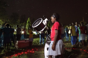 A student from Chumani School observing Saturn. Credit: The Travelling